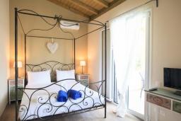 Спальня. Греция, Агиос Прокопиос : Уютная вилла с бассейном и приватным двориком, 2 спальни, 2 ванные комнаты, парковка, Wi-Fi