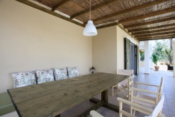 Обеденная зона. Греция, Агиос Прокопиос : Уютная вилла с бассейном и приватным двориком, 2 спальни, 2 ванные комнаты, парковка, Wi-Fi