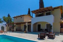 Фасад дома. Греция, Агиос Прокопиос : Уютная вилла с бассейном и приватным двориком, 2 спальни, 2 ванные комнаты, парковка, Wi-Fi