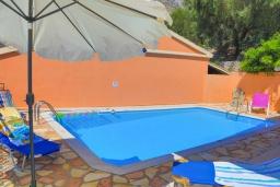Бассейн. Греция, Нисаки : Уютная вилла с бассейном и шикарным видом на море, 2 спальни, 2 ванные комнаты, барбекю, парковка, Wi-Fi