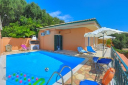 Фасад дома. Греция, Нисаки : Уютная вилла с бассейном и шикарным видом на море, 2 спальни, 2 ванные комнаты, барбекю, парковка, Wi-Fi