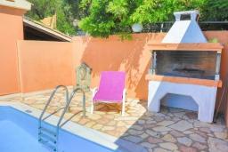 Зона отдыха у бассейна. Греция, Нисаки : Уютная вилла с бассейном и шикарным видом на море, 2 спальни, 2 ванные комнаты, барбекю, парковка, Wi-Fi