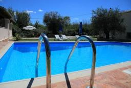 Бассейн. Греция, Агнос : Уютная вилла с бассейном, зеленой лужайкой, джакузи, барбекю, 2 спальни, 2 ванные комнаты, парковка, Wi-Fi