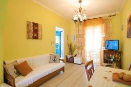 Гостиная. Греция, Кассиопи : Пляжная вилла с террасой и барбекю, 2 спальни, Wi-Fi