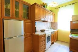 Кухня. Греция, Кассиопи : Пляжная вилла с террасой и барбекю, 2 спальни, Wi-Fi