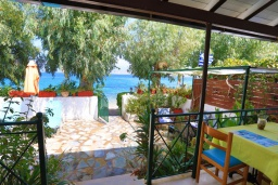 Терраса. Греция, Кассиопи : Пляжная вилла с террасой и барбекю, 2 спальни, Wi-Fi