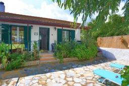 Фасад дома. Греция, Кассиопи : Пляжная вилла с террасой и барбекю, 2 спальни, Wi-Fi