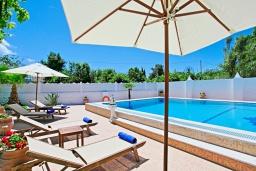 Зона отдыха у бассейна. Греция, Агнос : Роскошная вилла с большим бассейном и двориком с барбекю, 4 спальни, 3 ванные комнаты, парковка, Wi-Fi