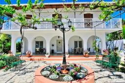 Фасад дома. Греция, Агнос : Роскошная вилла с большим бассейном и двориком с барбекю, 4 спальни, 3 ванные комнаты, парковка, Wi-Fi