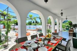 Обеденная зона. Греция, Агнос : Роскошная вилла с большим бассейном и двориком с барбекю, 4 спальни, 3 ванные комнаты, парковка, Wi-Fi