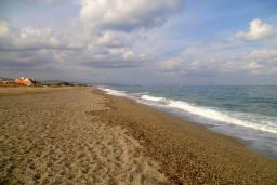 Пляж Аделианос Камбос в Аделе