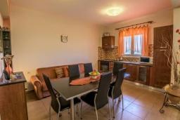 Кухня. Греция, Скалета : Уютная вилла с бассейном и зеленым двориком, 3 спальни, 2 ванные комнаты, парковка, Wi-Fi