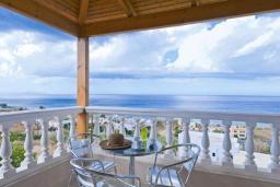 Терраса. Греция, Скалета : Уютная вилла с бассейном и зеленым двориком, 3 спальни, 2 ванные комнаты, парковка, Wi-Fi