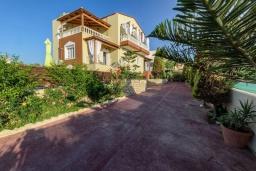 Фасад дома. Греция, Скалета : Уютная вилла с бассейном и зеленым двориком, 3 спальни, 2 ванные комнаты, парковка, Wi-Fi