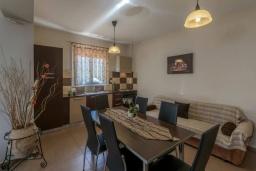 Гостиная. Греция, Скалета : Уютная вилла с бассейном и зеленым двориком, 3 спальни, 2 ванные комнаты, парковка, Wi-Fi