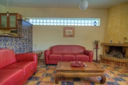 Гостиная. Греция, Ретимно : Прекрасная вилла с бассейном и джакузи, 3 спальни, 3 ванные комнаты, барбекю, площадка для детей, парковка, Wi-Fi