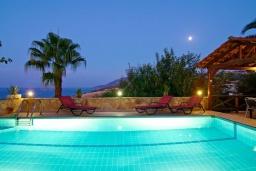 Бассейн. Греция, Ретимно : Прекрасная вилла с бассейном и джакузи, 3 спальни, 3 ванные комнаты, барбекю, площадка для детей, парковка, Wi-Fi