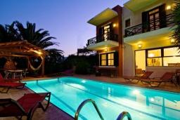 Фасад дома. Греция, Ретимно : Прекрасная вилла с бассейном и джакузи, 3 спальни, 3 ванные комнаты, барбекю, площадка для детей, парковка, Wi-Fi