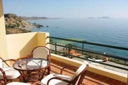 Балкон. Греция, Превели : Прекрасная вилла с бассейном и видом на море, 50 метров до пляжа, 2 спальни, 2 ванные комнаты, парковка, Wi-Fi