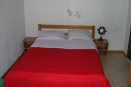Спальня. Греция, Превели : Прекрасная вилла с зеленым двориком и видом на море, 20 метров до пляжа, 2 спальни, барбекю, парковка, Wi-Fi