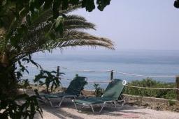 Территория. Греция, Превели : Прекрасная вилла с зеленым двориком и видом на море, 20 метров до пляжа, 2 спальни, барбекю, парковка, Wi-Fi