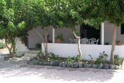 Фасад дома. Греция, Превели : Прекрасная вилла с зеленым двориком и видом на море, 20 метров до пляжа, 2 спальни, барбекю, парковка, Wi-Fi