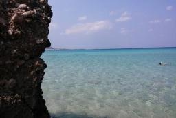 Ближайший пляж. Греция, Превели : Прекрасная вилла с зеленым двориком и видом на море, 20 метров до пляжа, 2 спальни, барбекю, парковка, Wi-Fi