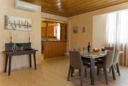 Обеденная зона. Греция, Панормо : Прекрасная вилла с бассейном недалеко от пляжа, 4 спальни, 3 ванные комнаты, парковка, Wi-Fi