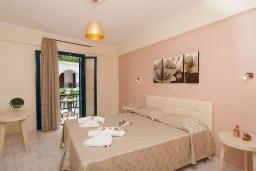 Спальня. Греция, Панормо : Прекрасная вилла с бассейном недалеко от пляжа, 4 спальни, 3 ванные комнаты, парковка, Wi-Fi