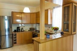 Кухня. Греция, Панормо : Прекрасная вилла с бассейном недалеко от пляжа, 4 спальни, 3 ванные комнаты, парковка, Wi-Fi