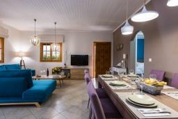 Гостиная. Греция, Аделе : Шикарный комплекс из двух вилл с большим бассейном и зеленой территорией, 2 гостиные с кухнями, 6 спален, 3 ванные комнаты, барбекю, парковка, Wi-Fi