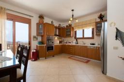 Кухня. Греция, Превели : Прекрасная вилла с бассейном и зеленым двориком, 2 спальни, барбекю, парковка, Wi-Fi