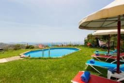 Бассейн. Греция, Превели : Прекрасная вилла с бассейном и зеленым двориком, 2 спальни, барбекю, парковка, Wi-Fi