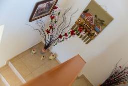 Лестница наверх. Греция, Превели : Прекрасная вилла с бассейном и зеленым двориком, 2 спальни, барбекю, парковка, Wi-Fi