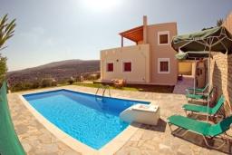Фасад дома. Греция, Аделе : Прекрасная вилла с бассейном и двориком с барбекю, 3 спальни, 2 ванные комнаты, парковка, Wi-Fi