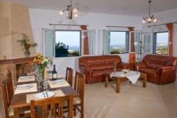 Гостиная. Греция, Аделе : Прекрасная вилла с бассейном и двориком с барбекю, 3 спальни, 2 ванные комнаты, парковка, Wi-Fi