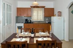 Кухня. Греция, Аделе : Прекрасная вилла с бассейном и двориком с барбекю, 3 спальни, 2 ванные комнаты, парковка, Wi-Fi