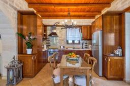Кухня. Греция, Скалета : Шикарная вилла с бассейном и зеленым двориком с барбекю, 3 спальни, 3 ванные комнаты, парковка, Wi-Fi