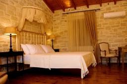 Спальня. Греция, Скалета : Шикарная вилла с бассейном и зеленым двориком с барбекю, 3 спальни, 3 ванные комнаты, парковка, Wi-Fi