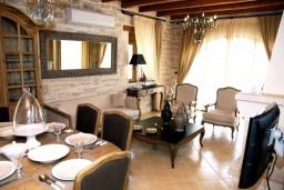 Гостиная. Греция, Скалета : Шикарная вилла с бассейном и зеленым двориком с барбекю, 3 спальни, 3 ванные комнаты, парковка, Wi-Fi