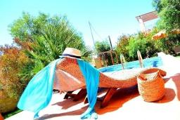 Зона отдыха у бассейна. Греция, Скалета : Шикарная вилла с бассейном и зеленым двориком с барбекю, 3 спальни, 3 ванные комнаты, парковка, Wi-Fi