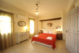 Спальня. Греция, Ретимно : Прекрасная вилла с бассейном и зеленым двориком с барбекю, 2 спальни, 2 ванные комнаты, парковка, Wi-Fi