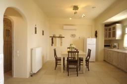 Кухня. Греция, Ретимно : Прекрасная вилла с бассейном и зеленым двориком с барбекю, 2 спальни, 2 ванные комнаты, парковка, Wi-Fi