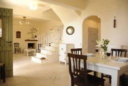 Гостиная. Греция, Ретимно : Прекрасная вилла с бассейном и зеленым двориком с барбекю, 2 спальни, 2 ванные комнаты, парковка, Wi-Fi