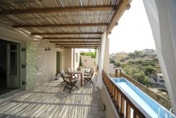 Терраса. Греция, Ретимно : Прекрасная вилла с бассейном и зеленым двориком с барбекю, 2 спальни, 2 ванные комнаты, парковка, Wi-Fi