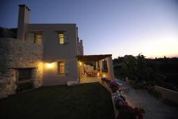 Фасад дома. Греция, Ретимно : Прекрасная вилла с бассейном и зеленым двориком с барбекю, 2 спальни, 2 ванные комнаты, парковка, Wi-Fi