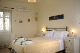 Спальня. Греция, Ретимно : Прекрасная вилла с бассейном и зеленым двориком с барбекю, 3 спальни, 2 ванные комнаты, парковка, Wi-Fi