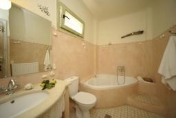 Ванная комната. Греция, Ретимно : Прекрасная вилла с бассейном и зеленым двориком с барбекю, 3 спальни, 2 ванные комнаты, парковка, Wi-Fi
