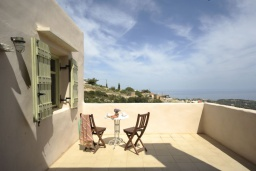 Балкон. Греция, Ретимно : Прекрасная вилла с бассейном и зеленым двориком с барбекю, 3 спальни, 2 ванные комнаты, парковка, Wi-Fi