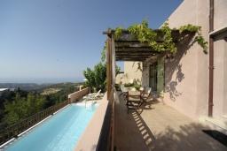 Терраса. Греция, Ретимно : Прекрасная вилла с бассейном и зеленым двориком с барбекю, 3 спальни, 2 ванные комнаты, парковка, Wi-Fi
